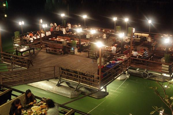 ร้านอาหารสุดชิว ศรีราชา แถวสะพานข้ามแม่น้ำแควใหญ่ จ.กาญจนบุรี
